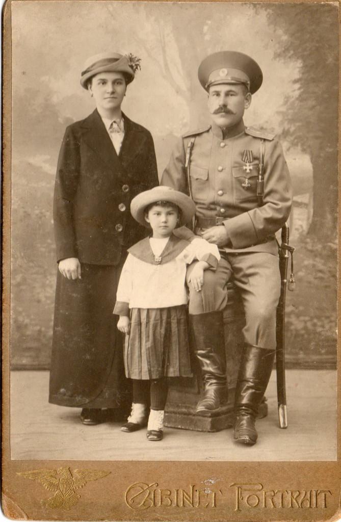 Подпоручик Сергей Колондук с женой и дочерью. г. Иркутск, 1917-1918 г.г.