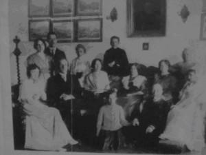 Семья Жуковских в гостинной