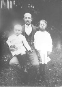 В.П. Скачевский с детьми