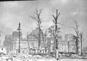 Разрушенное здание Рейхстага. 30.04.1945г.